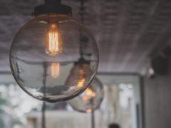 Czy lampę sufitową zawsze instaluje się na środku sufitu?