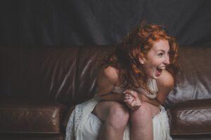 rudowłosa dziewczyna w rozkloszowanej sukience
